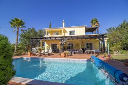 Renovated villa with heated pool and nice garden near all amenities and Algoz